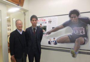 小野同窓会長とパネルの前で
